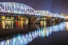 Взгляд ночи моста Truong Tien в оттенке Стоковые Изображения RF