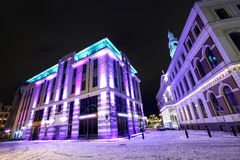 Взгляд ночи на здание муниципалитете в старой Риге, Латвии стоковая фотография
