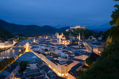Взгляд ночи на историческом центре города Зальцбурга и крепости Hohensalzburg и реки Salzach Стоковые Фотографии RF