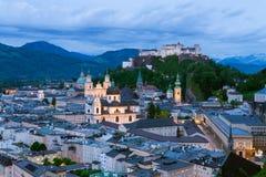 Взгляд ночи на историческом центре города Зальцбурга и крепости Hohensalzburg Стоковое Фото