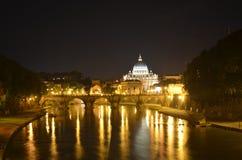 Взгляд ночи над рекой Тибра, basiica St Peters и ponte sant angelo в Риме Стоковое Фото