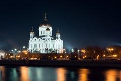 Взгляд ночи на соборе Христоса спаситель от другой стороны реки от обваловки Стоковые Изображения RF