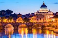 Взгляд ночи на соборе St Peter в Риме Стоковые Изображения RF