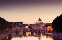 Взгляд ночи на соборе St Peter в Риме Стоковая Фотография RF