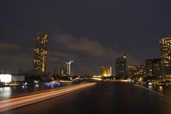 Взгляд ночи на Chao Реке Phraya, Бангкоке, Таиланде Стоковые Фото