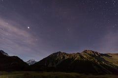 Взгляд ночи на mt кашевар и звезды в небе Стоковая Фотография RF