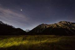 Взгляд ночи на mt кашевар и звезды в небе Стоковое Изображение RF