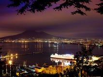 Взгляд ночи Неаполь и Mount Vesuvius от панорамной дороги Стоковое Изображение RF