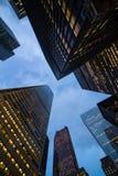 Взгляд ночи небоскребов города Торонто; посмотрите вверх Стоковые Фотографии RF