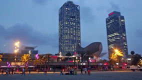 Взгляд ночи небоскребов и Somorrostro приставают - центр к берегу ночной жизни на Барселоне сток-видео