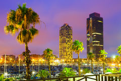 Взгляд ночи небоскребов от порта - центра ночной жизни на баре Стоковые Изображения RF