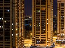 Взгляд ночи новых современных небоскребов в желтых тонах, новых бизнес-центрах Стоковое фото RF