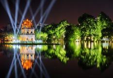 Взгляд ночи озера шпаг и черепаха возвышаются hanoi Стоковая Фотография