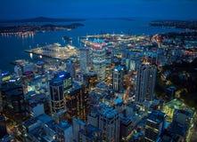Взгляд ночи Окленда, Новой Зеландии от палубы неба башни неба Стоковые Фотографии RF