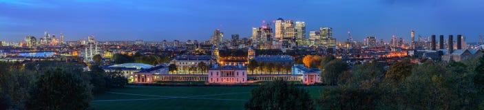 Взгляд ночи панорамный к Гринвичу и канереечному причалу в Лондоне Стоковые Изображения