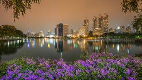 Взгляд ночи парка Бангкока Таиланда benjakiti около финансового района небоскреба, город Бангкока Стоковое Фото