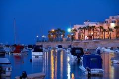 Взгляд ночи портового района Marsaskala и Marsascala преследуют malt стоковая фотография