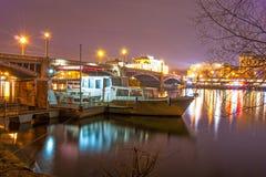 Взгляд ночи Праги с шлюпкой на реке Стоковая Фотография