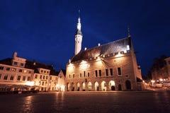 Взгляд ночи площади ратуши в Таллине, Эстонии стоковое фото