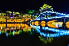 Взгляд ночи древнего города fenghuang стоковая фотография rf