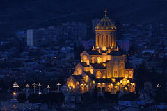 Взгляд ночи собора святой троицы Тбилиси (Sameba) Стоковое Изображение RF