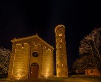 взгляд ночи старой приходской церкви Стоковая Фотография