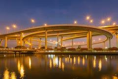 Взгляд ночи с лицевая сторона воды пересечения шоссе с twilight небом Стоковая Фотография RF