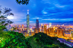 Взгляд ночи Тайбэя с природой Стоковое Изображение RF