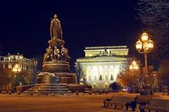 Взгляд ночи театра Alexandrinsky и памятника к Cath стоковая фотография
