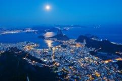 Взгляд ночи хлебца сахара горы и Botafogo в Рио-де-Жанейро Стоковое фото RF