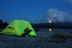 Взгляд ночи шатра около озера горы Стоковое Изображение RF