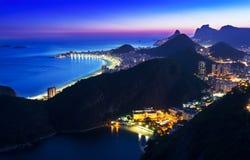 Взгляд ночи Botafogo и Copacabana в Рио-де-Жанейро Стоковые Фотографии RF