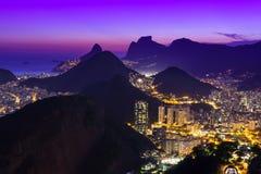 Взгляд ночи Botafogo и Copacabana в Рио-де-Жанейро Стоковое Фото