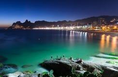 Взгляд ночи Ipanema в Рио-де-Жанейро Стоковая Фотография RF