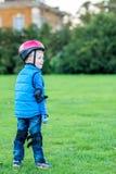 Взгляд дня мальчика велосипедиста outdoors в парке Стоковое Фото