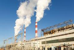 Взгляд дня электростанции, дыма от печной трубы Стоковые Изображения