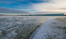 Взгляд обваловки дворца и Зимнего дворца & x28; Hermitage& x29; Стоковое Изображение RF