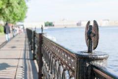 Взгляд обваловки город Sankt-Peterburg в летнем дне Стоковое Изображение