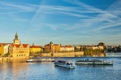 Взгляд обваловки Mesto взгляда Праги от Карлова моста Стоковое фото RF