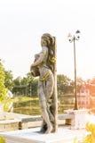 Взгляд общественного парка мягкий штукатурки дамы искусства Азии с предпосылкой дерева Стоковые Изображения RF