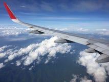 Взгляд облаков от самолета Вид с воздуха облака и голубого неба с самолетом ` s крыла Стоковые Изображения