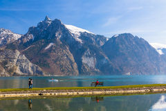 Взгляд озера горы высокогорного в Traunkirchen, Австрии, Европе Стоковая Фотография RF