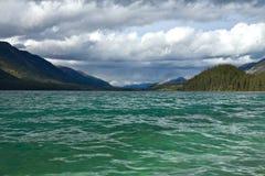 Взгляд озера ровный озера Muncho, северной Британской Колумбии Стоковые Изображения
