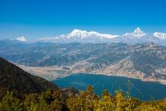 Взгляд озера Phewa и горной цепи Annapurna Стоковые Фотографии RF