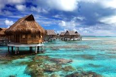 Взгляд океана и дома на острове water.tropical стоковые фотографии rf