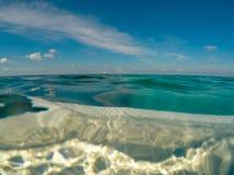 Взгляд океана от погруженной в воду доски затвора Стоковое Фото