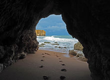 Взгляд окна на следах ноги на песчаном пляже водя к голубому s стоковое фото rf