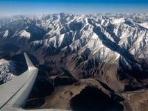 Взгляд окна самолета показывая крыло плоского летания Стоковое Изображение