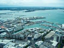 Взгляд Окленда, Новой Зеландии от палубы неба башни неба Стоковые Изображения RF