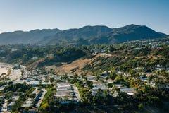 Взгляд домов и гор Санта-Моника в Тихом океан Palisad стоковое фото